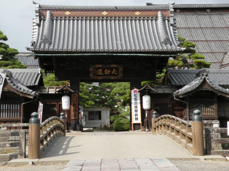 A side entrance to Zenko-ji Temple