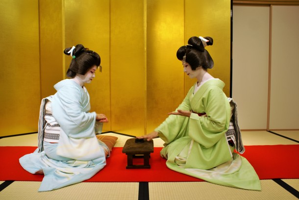 The geisha demonstrating konpira fune fune