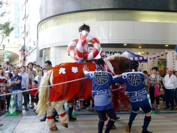 A horse is led through the Shimotori arcade